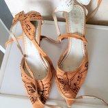 Красивые кожаные босоножки р. 38, с бабочками на пятке, с завязками, очень красиво смотрятся на ноге