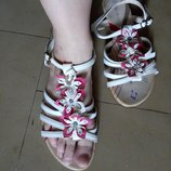 Красивые босоножки без каблука белые с цветами, р. 38, очень мило смотрятся на ноге. Отличное сост.