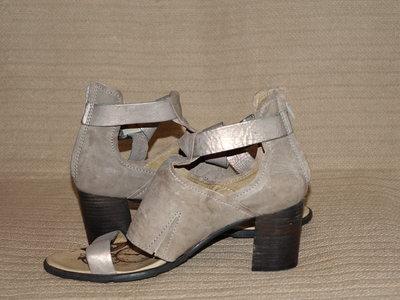 Фирменные кожаные босоножки на высоком устойчивом каблуке Dkode Португалия  40 р. 70986462e55