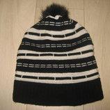 Продам женскую зимнюю шапку с балабоном черно-белого цвета б/у