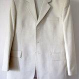 Мужской классический костюм светло-бежевого цвета.