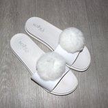 Модные силиконовые шлёпанцы SOPRA с бубоном белые, коралловые