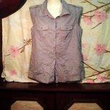 Женская бренд Soccx очень красивая без рукавов блузка с карманами на груди,на пуговицах.