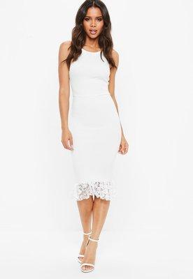 d9f56744968 Белое облегающее платье с открытой спиной и кружевной оборкой  500 ...