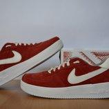 Женские кроссовки Nike.