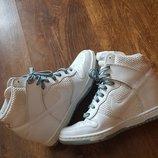 шикарные белые кроссовки сникерсы Nike