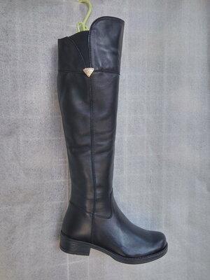 Зимние высокие кожаные сапоги на маленьком каблуке.