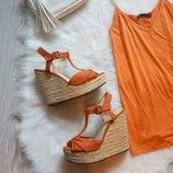 Оранжевые босоножки на высокой плетеной танкетке платформе Plato