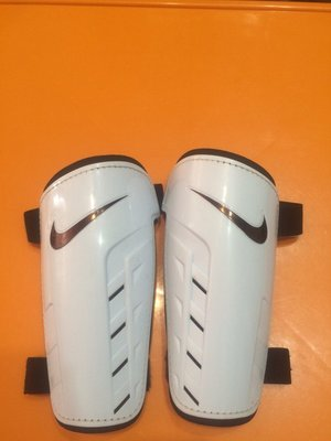 Продам футбольные щитки nike р-р м Nike