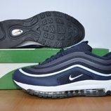 Синие кроссовки Nike.
