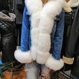 Женская куртка-парка джинс на меховой подкладке с отделкой из белого меха