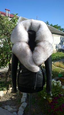 В наличии шикарная куртка из натуральной кожи и воротником из вуалевого песца