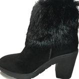 Стильные замшевые ботинки на каблуке с меховым ободком