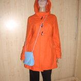 Яркое оранжевое шерстяное пальто.