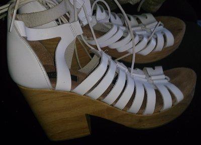 білі босоніжки шкіра р36 New look на шнурівку