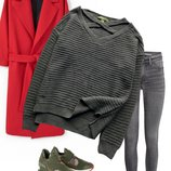 Стильный свитер с модным вырезом и переплетением