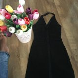 Элегантное черное платье через шею
