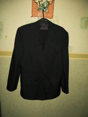 Классический строгий мужской костюм черный.