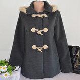Брендовое серое демисезонное пальто полупальто дафлкот с меховым капюшоном atmosphere