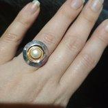 Серебряное кольцо с жемчужиной на высоком касте из золота