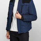 Зимняя куртка выполнена из плотного материала Цвет темно-синий, черный