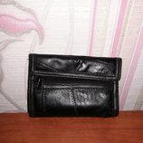 Черный кошелек из кусочков кожи с кожзамом