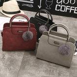 Женская маленькая сумочка с меховым брелком