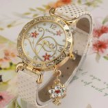 Женские наручные часы со стразами и подвеской Цветочек код 448