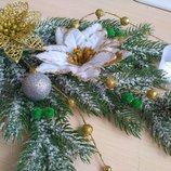 Новогодний декор в аренду р-н Дафи декор камина елочные ветки подсвечники снежинки елки пенечки
