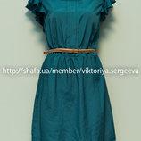 Красивое платье шикарного зеленого цвета с рюшами на плечах
