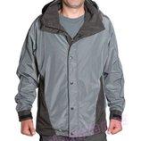 Мужская куртка-ветровка серого и орехового цвета.