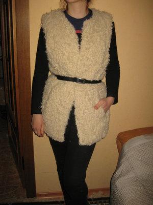 размер М, меховый жилет под овечку, молочного цвета от H&M