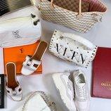 Женские кожаные кроссовки Valentino, кожаная сумка Chanel, кожаные шлепанцы Hermes