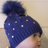 Весенняя шапка темно-синяя с золотистыми звездочками и меховым помпоном. На 0-3 мес.
