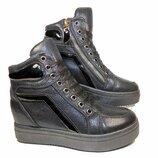 Ботинки женские демисезонные на платформе и скрытой танкетке, на шнуровке и молнии.