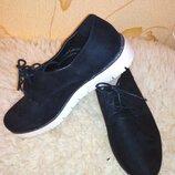Черные туфли на шнурках на белой подошве
