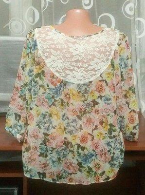 Очень красивая нежная блуза с ажурной вставкой на спинке р.12