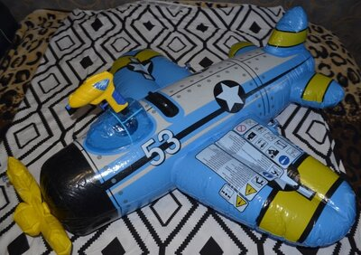 Фирменный надувной плотик самолет с водным пистолетом