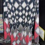 Женское платье с геометрическим рисунком