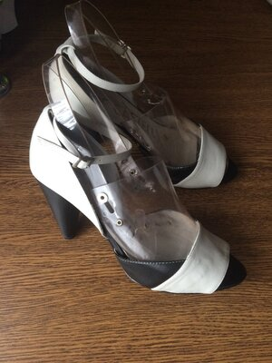 Рр 39-25,5 см стильные кожаные босоножки на каблуке pepe castell