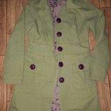 Плащ оливково-салатовый тренч плотный коттон с фиолетовыми пуговицами красивая подклада