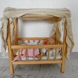 деревянная кроватка с куклой