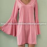 Актуальное нежно-розовое платье с воланами на рукавах
