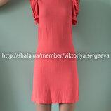 Нежное персиковое актуальное платье с рюшами на плечах вискоза
