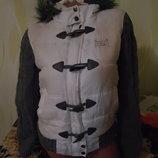 отличная фирменная демикуртка.смотрите размер