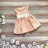Гипюровое платье с атласным поясом и брошью