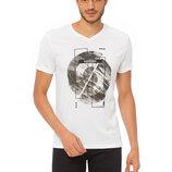 Белая мужская футболка LC Waikiki / Лс Вайкики с V-образным вырезом и рисунком на груди