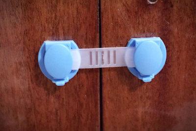 Защита для детей. Заглушки для розеток. Замочки на мебель, уголки га острые углы и многое другое
