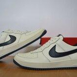 Кроссовки Nike белые кожаные.