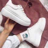 Снежно белые кроссовки комфортная модель